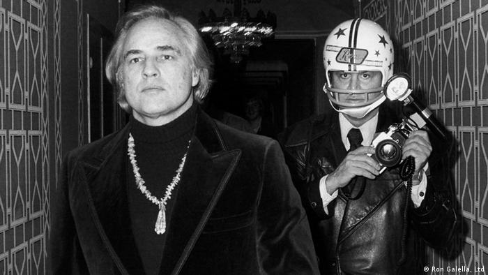 Marlon Brando und Ron Galella in a black-and-white photograph.