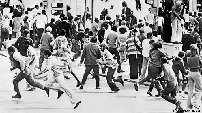 Protestors running through the streets during the Soweto Uprising in 1976 (black and white).