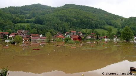 Houses are partly submerged in the flooded village near Pozega, Photo: EPA/DRAGAN KARADAREVIC +++(c) dpa - Bildfunk+++