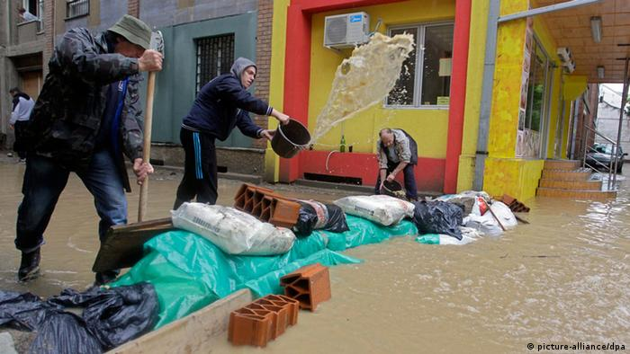 Residents try to set up a mini-dam in front of their building in Obrenovac Photo: EPA/ANDREJ CUKIC +++(c) dpa - Bildfunk+++