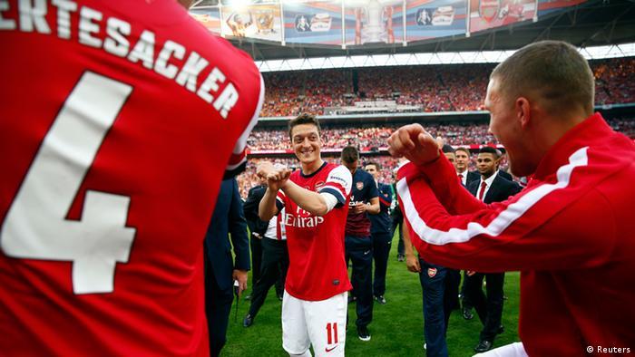 FA Cup Gewinn FC Arsenal 17.05.2014 Mertesacker & Özil & Podolski (Reuters)