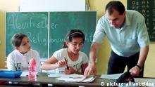Der Lehrer Mete Özcan unterrichtet an der Brüder-Grimm-Schule in Hanau Grundschüler verschiedener Klassen in alevitischer Religion (Foto vom 07.06.2010). Hessen will den Religionsunterricht für die muslimische Minderheit der Aleviten ausweiten. Das Angebot werde ausgebaut, teilte das Kultusministerium der Nachrichtenagentur dpa mit. Foto: Jörn Perske dpa/lhe (zu lhe-BLICKPUNKT vom 09.08.2010) +++(c) dpa - Bildfunk+++