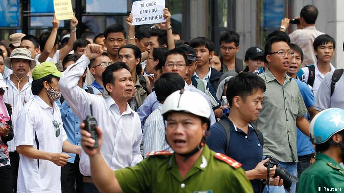 Protesters chant anti-China slogans as they march during an anti-China protest in Vietnam's southern Ho Chi Minh city May 18, 2014 (Photo: REUTERS/Peter Ng)