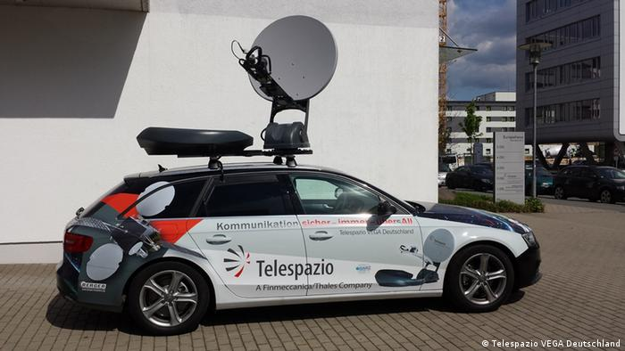 Auto mit Satelliten-Kommunikationsanlage