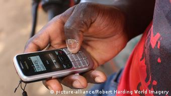 Symbolbild Smartphone & Kommunikation in Afrika (picture-alliance/Robert Harding World Imagery)