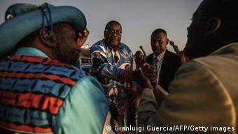 Mpinzani mkuu wa Banda, Peter Mutharika (k) akiwasalimia wafuasi wake.