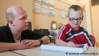 Der Viertklässler Henri Erhardt mit einem Lehrer in seiner Grundschule in Walldorf (Foto: dpa)