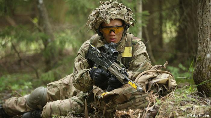 Британский военнослужащий во время маневров Весенний шторм в Эстонии
