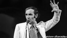 ARCHIV - Der französische Sänger und Schauspieler Charles Aznavour während eines Auftritts in Düsseldorf (Archivfoto von 1970). Der in Paris als Sohn armenischer Flüchtlinge geborene Künstler wird am 22. Mai 90 Jahre alt. Foto: Horst Ossinger/dpa (zu dpa Charles Aznavour wird 90: Geburtstag in Berlin vom 16.05.2014, nur s/w) +++(c) dpa - Bildfunk+++
