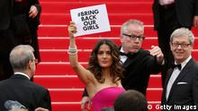 Cannes Filmfestival 2014 Salma Hayek mit Plakat Bring back our Girls