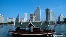 Bildnummer: 54728761 Datum: 12.12.2004 Copyright: imago/McPHOTO Peninsula Hotelfähre vor der Skyline von Bangkok-Bangrak, Bangkok, Thailand, Asien - CHROMORANGE Reisen 04 kbdig xo0x xmk 2004 quer architektur asiatisch asiatische asiatischer asiatisches asien außenaufnahme bangkok bangkok-bangrak bangrak boot chao city destination faehrboot fernost fernreise fernreiseziel flugreise fluss gebaeude global globalisierung hochhaeuser hotel hotelfähre kontinent kontinente