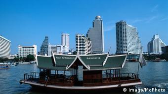 Bangkok Finanzviertel Bangrak - Bildnummer: 54728761 Datum: 12.12.2004 Copyright: imago/McPHOTO Peninsula Hotelfähre vor der Skyline von Bangkok-Bangrak, Bangkok, Thailand, Asien - CHROMORANGE Reisen 04 kbdig xo0x xmk 2004 quer architektur asiatisch asiatische asiatischer asiatisches asien außenaufnahme bangkok bangkok-bangrak bangrak boot chao city destination faehrboot fernost fernreise fernreiseziel flugreise fluss gebaeude global globalisierung hochhaeuser hotel hotelfähre kontinent kontinente