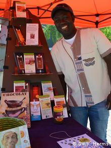 Der ehemalige Mechatronik-Student Desire Balo von der Elfenbeinküste steht an seinem Fairtrade-Stand auf dem Campus der Uni Saarbrücken (Foto: DW/Herms)