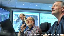 Bildbeschreibung: Satelliten-Piloten üben in einem Simulationsraum auf dem Gelände der europäischen Weltraumagentur ESA die Steuerung eines Satelliten (Foto: Telespazio VEGA Deutschland / J. Mai)