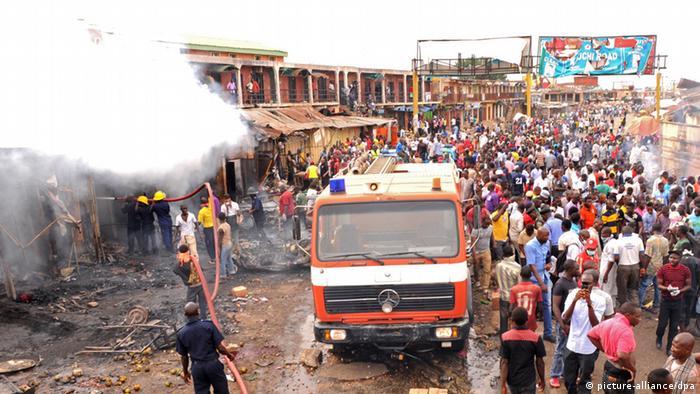 Löscharbeiten auf dem Markt in Jos nach den Autobombenexplosionen (Foto: dpa)