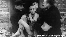 Soldados soviéticos retiram um jovem de 15 anos do campo de concentração de Auschwitz, em 1945