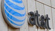 ARCHIV - Das Logo von AT&T am Whitacre Tower, der AT&T Zentrale in Dallas, Texas, USA, am 20.03.2011. In den USA ist der Telekommunikationskonzern AT&T die Nummer eins. Seit er an Stärke gewonnen hat, steht er im Zentrum von Spekulationen. Jüngsten Gerüchten zufolge soll das Unternehmen Interesse am britischen Branchenriesen Vodafone haben. EPA/LARRY W. SMITH (zu dpa «Vodafone-Aktie steigt nach Übernahmegerüchten» vom 01.11.2013) +++(c) dpa - Bildfunk+++