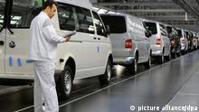 Ein Mitarbeiter der Volkswagen AG kontrolliert im Nutzfahrzeug-Werk in Hannover einen T5 Transporter (Foto vom 18.03.2009). Die Nutzfahrzeugsparte der Volkswagen AG präsentiert am Mittwoch (25.03.2009) die Zahlen für das vorangegangene Geschäftsjahr. Foto: Jochen Lübke dpa/lni +++(c) dpa - Report+++