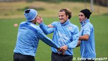 Bildunterschrift:Uruguayan national team footballers Diego Forlan(C), Jorge Fucile (L) and Nicolas Lodeiro joke during a training session on May 21, 2014, at the Complejo Celeste training center in Canelones, in preparation for the upcoming FIFA World Cup 2014 in Brazil. AFP PHOTO/Miguel Rojo. AFP PHOTO/Miguel Rojo. (Photo credit should read MIGUEL ROJO/AFP/Getty Images)