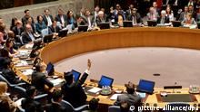 epa04219149 Vitaly Churkin (top center), Russian Ambassador to the United Nations, and Wang Min, China's deputy United Nations Ambassador (bottom left), vote against a resolution calling for the International Criminal Court to investigate alleged war crimes in Syria for a United Nations Security Council meeting at United Nations headquarters in New York, New York, USA, 22 May 2014. Russia and China both voted against the measure. EPA/JUSTIN LANE +++(c) dpa - Bildfunk+++