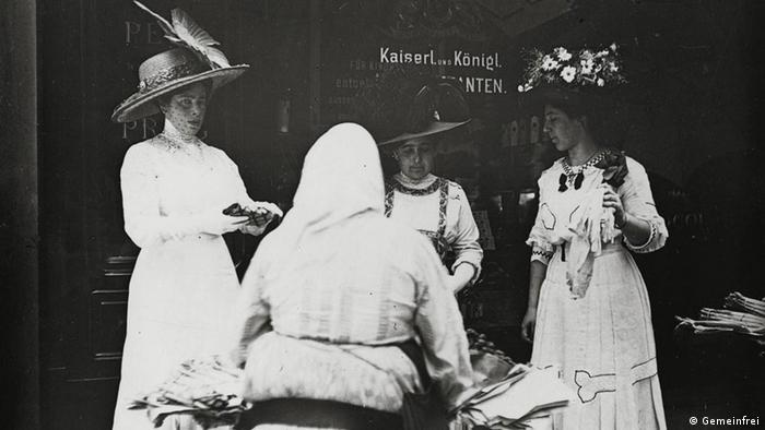 Emil Mayer fotografierte zwischen 1905 und 1914 Damen der besseren Gesellschaft, wie sie Blumen bei einer Blumenfrau in Wien kauften (Quelle: Wikipedia / http://commons.wikimedia.org/wiki/File:Emil_Mayer_051.jpg?uselang=de)