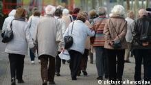 Eine Gruppe Senioren ist am 14.04.2014 am Rheinufer in Mainz (Rheinland-Pfalz) unterwegs. Foto: Arne Dedert/dpa