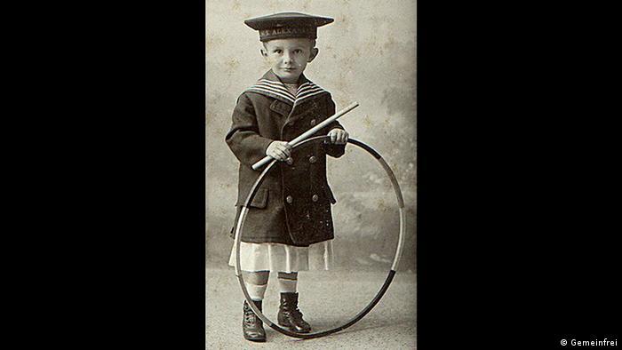 Der 1900 geborene Georg Victor Praefcke trägt einen Kinder-Paletot im Stil der populären Matrosenanzüge. Er ist Sohn eines aus Mecklenburg stammenden königlich preußischen Offiziers und wurde um 1902–1905 in Straßburg im Elsass fotografiert. (Quelle: Wikipedia / http://commons.wikimedia.org/wiki/File:Reif_Spielzeug.jpg?uselang=de. Scanned by Andreas Praefcke)