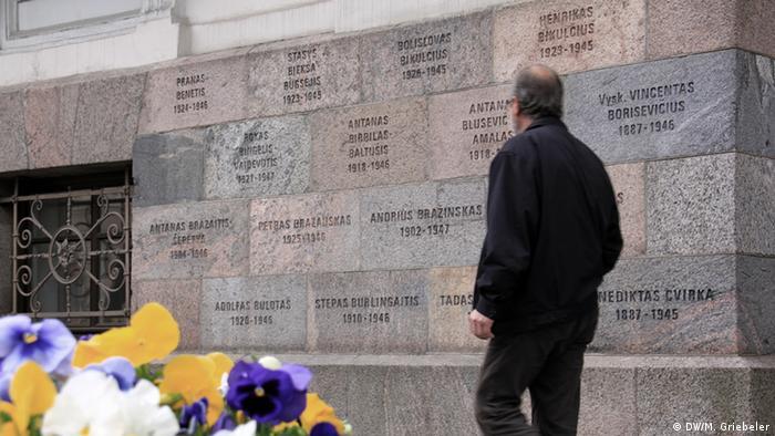 Цветы перед музеем жертв геноцида в Вильнюсе, расположенном в бывшем здании КГБ