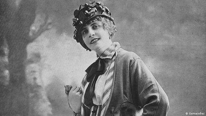 Damenmode von Redfern aus dem Jahr 1914 (Quelle: http://commons.wikimedia.org/wiki/File:Costume_tailleur_par_Redfern_1914.jpg?uselang=de)