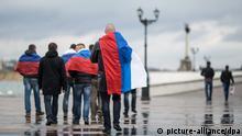 Ukraine Russland Männer mit Flagge auf dem Krim