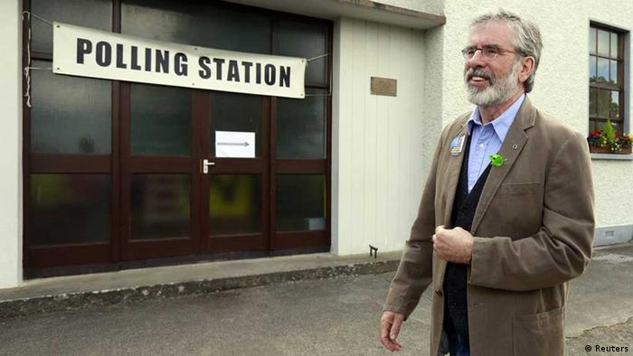 Gerry Adams vor Wahllokal in Irland (Foto: Reuters)