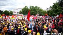 Mitglieder der Alevitischen Gemeinde demonstrieren am 24.05.2014 in Köln (Nordrhein-Westfalen) gegen den Auftritt des türkischen Ministerpräsidenten Erdogan. Foto: Rolf Vennenbernd/dpa