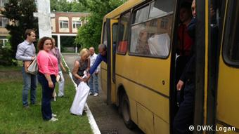 Ballots in sacks being loaded onto a bus (Photo: Kitty Logan/DW)