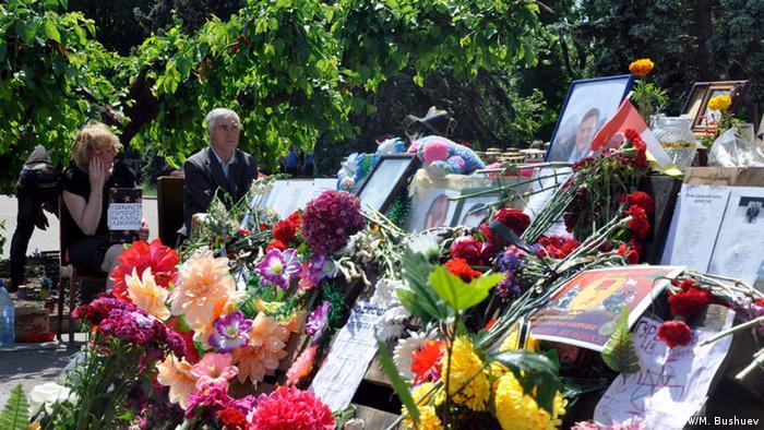 Цветы в память о погибших в Доме профсоюзов 2 мая 2014 года