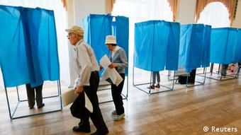 Two Ukrainian voters near polling booths (C) Reuters