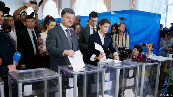 Voters casting ballots in Ukraine (C) Reuters