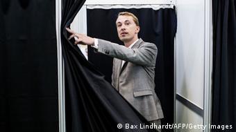 Messerschmidt tritt aus Wahlkabine Foto: Bax Lindhardt/AFP/Getty Images