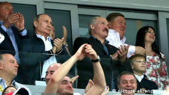 Президент России Владимир Путин и президент Беларуси Александр Лукашенко на трибуне