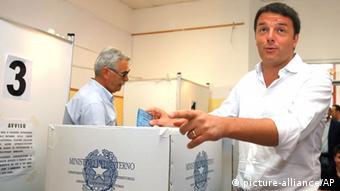 Matteo Renzi casting his ballot