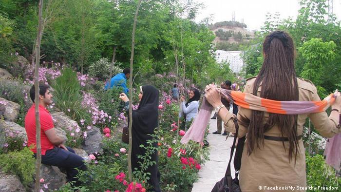 Eine Iranerin ohne Kopftuch im Vogelpark in Teheran.