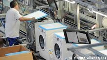 Mitarbeiter der Bosch Siemens Hausgeräte GmbH in Nauen montieren modernste Waschmaschinen, aufgenommen am 04.07.2012. Rund 600 Mitarbeiter produzieren jährlich rund 800.000 Premium-Waschmaschinen, von denen mehr als zwei Drittel exportiert werden. Foto: Bernd Settnik