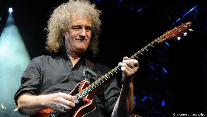 Musiker Brian May von Queen spielt auf einer E-Gitarre (Foto: dpa)
