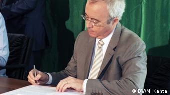 Areva-Chef Oursel unterschreibt Vertrag mit Nigers Regierung (Foto: Mahaman Kanta)