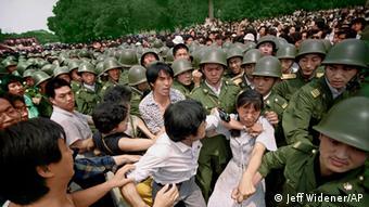 Soldaten auf dem Tiananmen Platz in Peking kurz vor der Niederschlagung der Proteste am 3.6.1989 (Foto: Jeff Widener/AP)