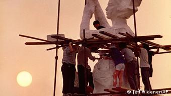 Statue Götin der Demokratie auf dem Tianan-Platz in Peking im Aufbau (Foto: Jeff Widener/AP)