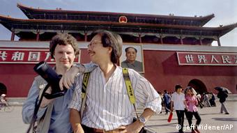 Jeff Widener und Liu Hueng Shing auf dem Tiananmen Platz im Mai 1989. (Foto: Jeff Widener/Associated Press)