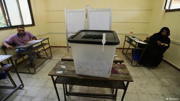 Ägypten Wahlen Wahllokal in Kairo Wahlurne