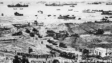 Alliierte Landung in der Normandie 1944 2. Weltkrieg / D-Day, Beginn der alliierten Landung in der Normandie unter Oberbefehl von Gen.Montgomery, 6. Juni 1944. - Schiffe versorgen den alliierten Brueckenkopf in der Normandie; Landungs- truppen am Strand. - Foto, undat. (Juni 1944).