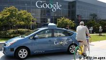 Bildunterschrift:MOUNTAIN VIEW, CA - SEPTEMBER 25: A bicyclist rides by a Google self-driving car at the Google headquarters on September 25, 2012 in Mountain View, California. California Gov. Jerry Brown signed State Senate Bill 1298 that allows driverless cars to operate on public roads for testing purposes. The bill also calls for the Department of Motor Vehicles to adopt regulations that govern licensing, bonding, testing and operation of the driverless vehicles before January 2015. (Photo by Justin Sullivan/Getty Images)