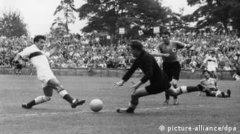 Toni Turek, um dos heróis do Milagre de Berna, em partida contra a Turquia na Copa de 1954